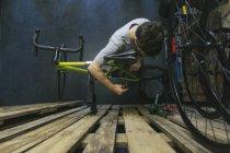 Mecânico trabalhar em bicicleta — Fotografia de Stock