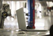 Ноутбук на промышленном предприятии на размытом фоне — стоковое фото