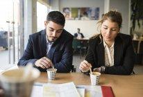 Homme et femme assise au bureau avec le café — Photo de stock