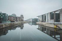 Alemania, Berlín, Marie-Eisabeth-Lueders - y Pablo-Loebe-edificio en invierno - foto de stock