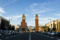 Іспанія, Барселона, вид на авеню Reina Cristina Марія з венеціанських вежі у фоновому режимі — стокове фото