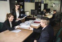 Sourire de collègues de bureau travaillant ensemble — Photo de stock