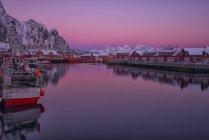 Norvège, Îles Lofoten, Svolvaer, Le port de la ville au coucher du soleil — Photo de stock
