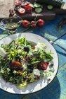 Griechischer Salat mit Rucola, Käse, Oliven, Tomaten, Gurke, Zwiebel und karamellisierten Nüssen — Stockfoto