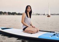 Германия, Гамбург, молодая женщина на paddleboard, наслаждаясь летние — стоковое фото