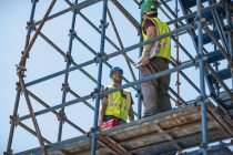 Будівельні робітники стоячи на будівельному майданчику — стокове фото