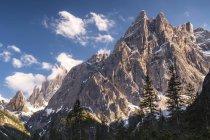 Itália, província Belluno, vale de Hochpuster, parque natural Tre Cime, Dolomitas de Sesto, Einserkofel e Zwoelferkofel — Fotografia de Stock