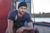 Профессиональный кавказский рыбак, работающий на траулере — стоковое фото