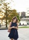 Германия, молодая женщина со смартфоном изучает Гамбург — стоковое фото