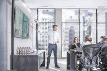 Бизнесмен проводит презентацию перед командой — стоковое фото