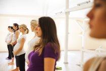Femmes faisant des exercices au cours d'yoga prénatal — Photo de stock
