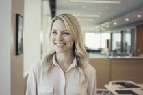 Femme blonde au bureau, portrait — Photo de stock