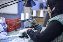 Couture dans l'usine de vêtements couture vêtements — Photo de stock