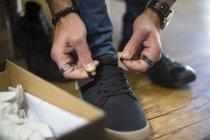 Imagem recortada de compras de sapatos de homem — Fotografia de Stock