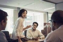 Ділові люди в зустріч, маючи цікавих обговорень — стокове фото