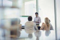 Geschäftsleute, die Präsentation anhören — Stockfoto