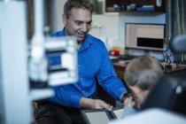 Мальчик делает глаз испытания на окулист — стоковое фото