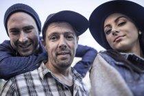 Портрет молода жінка та двоє чоловіків на відкритому повітрі — стокове фото