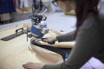 Tissu de coupe de couture dans l'usine — Photo de stock