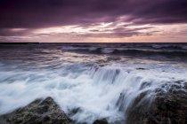 Vue d'Espagne, Tenerife, de l'eau de mer au coucher du soleil — Photo de stock