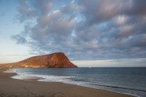 Испания, Тенерифе, пляж на закате над водой — стоковое фото