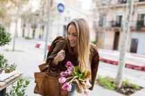 Mujer sonriente de las compras de flores - foto de stock