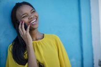 Happy black woman talking on cell phone — Stock Photo