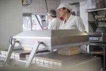 Сир заводу працівник упаковка сиру — стокове фото
