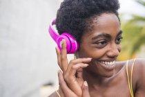 Прослуховування музики молодих афро-американських приваблива дівчина в навушниках — стокове фото