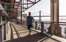 Homem de Estados Unidos, Nova York, executando em East River — Fotografia de Stock