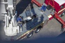 Zwei männliche Mechaniker warten Löschfahrzeug — Stockfoto