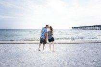USA, Coppia di baci in piedi a Panama City Beach — Foto stock