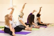 Frauen machen Übungen im prenatal Yoga-Kurs — Stockfoto
