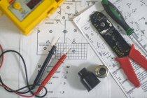 Обзор различных электрических инструментов по схемам и планам — стоковое фото