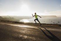 Giovane che corre sulla spiaggia, Francia, penisola di Crozon — Foto stock