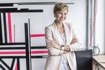 Mulher de negócios confiante em pé no escritório moderno — Fotografia de Stock