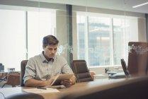 Бізнесмен, сидячи в офісі і використовуючи цифровий планшетний — стокове фото