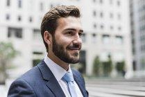 Porträt eines selbstbewussten Geschäftsmannes, der in der Stadt zur Seite schaut — Stockfoto