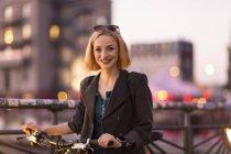 Привабливий блондинка брюнетки прогулянки з велосипеда на відкритому повітрі — стокове фото
