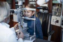 Menina fazendo teste ocular no optometrista — Fotografia de Stock