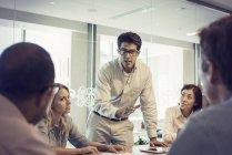 Geschäftsleute in Treffen mit interessanten Diskussion — Stockfoto