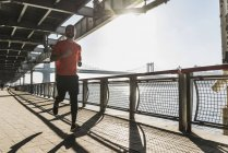 USA, New York City, man running at East River — Stock Photo