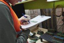 Arbeiter in Computer Recacling Pflanze notieren Ram-Seriennummern — Stockfoto
