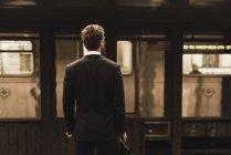 Jeune homme d'affaires en attente à la plate-forme de la station de métro — Photo de stock