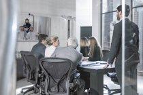 Gente di affari in video conferenza con i clienti dal Medio Oriente — Foto stock