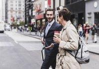 США, Нью-Йорк, бізнесмен та Жінка вигулює в Манхеттен — стокове фото