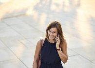 Германия, Гамбург, Молодая предпринимательница разговаривает по телефону — стоковое фото