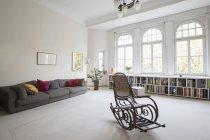 Sala de estar espaçosa com cadeira de balanço — Fotografia de Stock