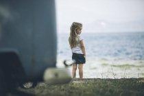 Chica de Italia, lago de Garda, a orillas del lago - foto de stock
