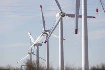 Fila de turbinas eólicas en una fila - foto de stock